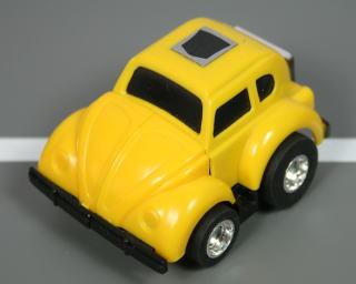 ビークルモードはフォルクスワーゲンType1。 日本では「ビートル」の愛称で親しまれている世界で最も多く生産された名車! 玩具ではチョロQタイプにディフォルメ